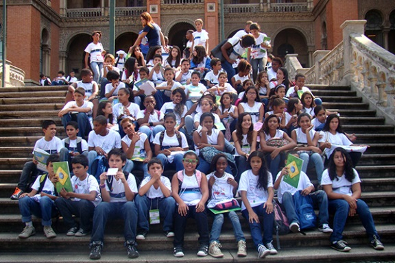 Anual active reports inct inofar promotes science to 100 students of municipal school ruy barbosa who go up the fiocruz hills to see its landmark castle fandeluxe Images